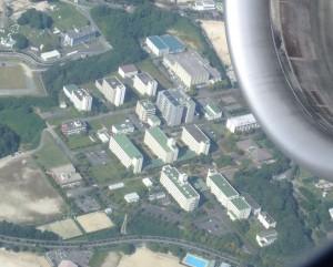 離陸する飛行機から見えた筑紫キャンパス。